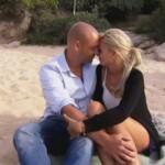Christian und Katja machen es sich nach dem Essen mit Christians Eltern, am Strand gemütlich und kuscheln ausgiebig miteinander.