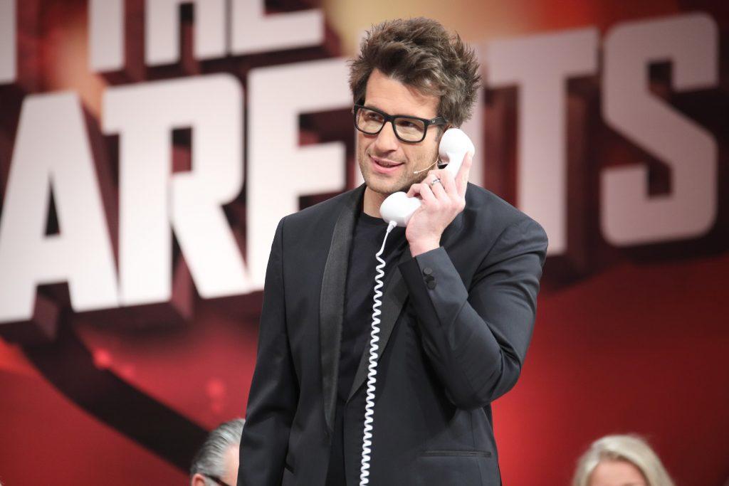 Moderator Daniel Hartwich nimmt einen Anruf entgegen. Welcher Kandidat legt sein Veto ein und untersagt seinen Eltern, nähere Details preiszugeben?