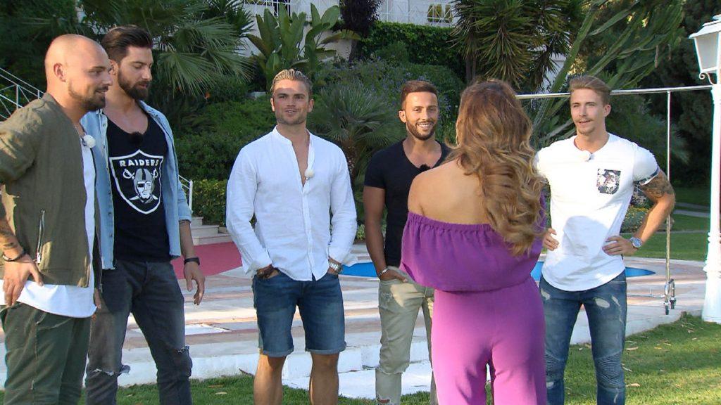 Die Brautkleid-Challenge - welcher der Kandidaten (v.l.:) Niklas, Sebastian, Johannes, Domenico oder David, findet Jessicas Traumkleid?