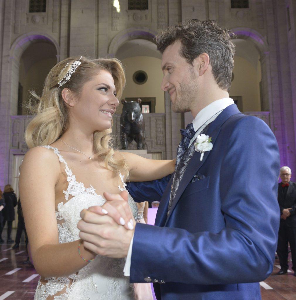 Sunny (Valentina Pahde) und Felix (Thaddäus Meilinger) genießen beim Hochzeitstanz einen weiteren Glücksmoment.
