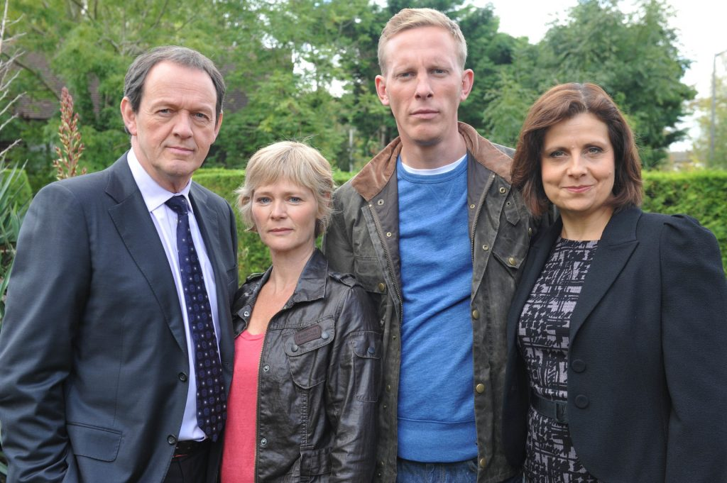 Das Team: DI Lewis (Kevin Whately, l.), Dr. Laura Hobson (Clare Holman, 2.v.l.), DS James Hathaway (Laurence Fox, 2.v.r.) und Chief Superintendent Innocent (Rebecca Front, r.).