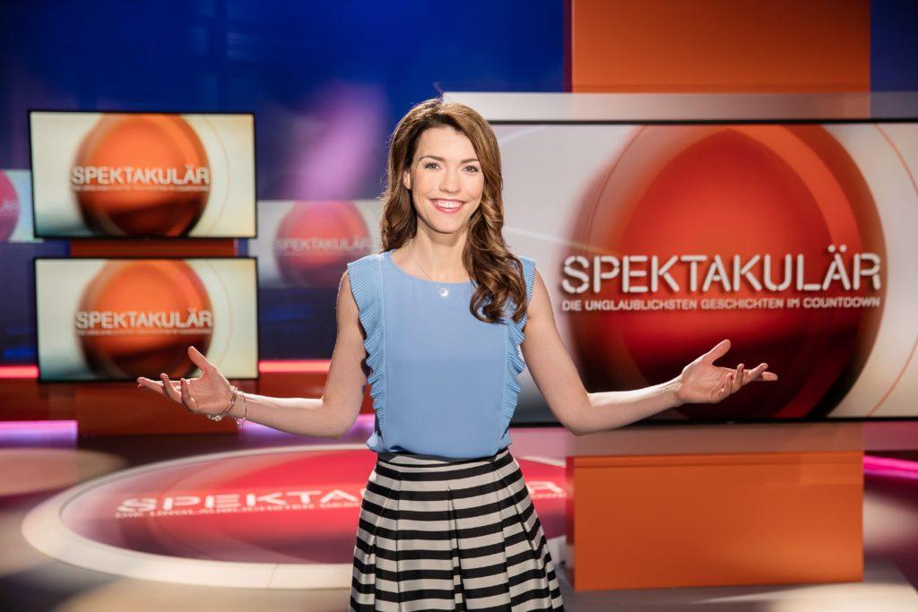 """Moderatorin Annett Möller präsentiert in """"Spektakulär - Die unglaublichsten Geschichten im Countdown"""" die stärksten Geschichten weltweit."""