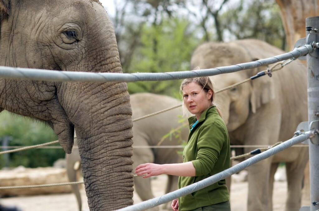 Emma (Anna Drexler) bei den Elefanten.